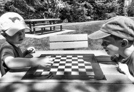 Dama o scacchi homemade su telo mare