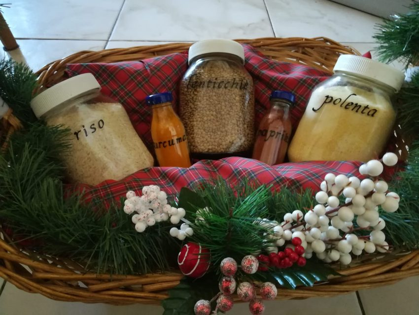 prodotti sfusi in un cesto natalizio